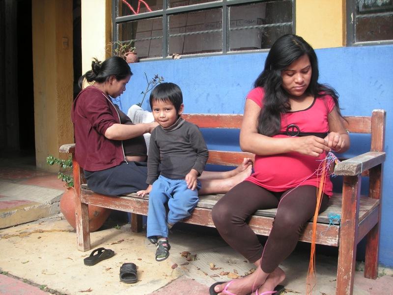 Beim Knüpfen von Armbändern sich Geschichten aus dem Leben erzählen
