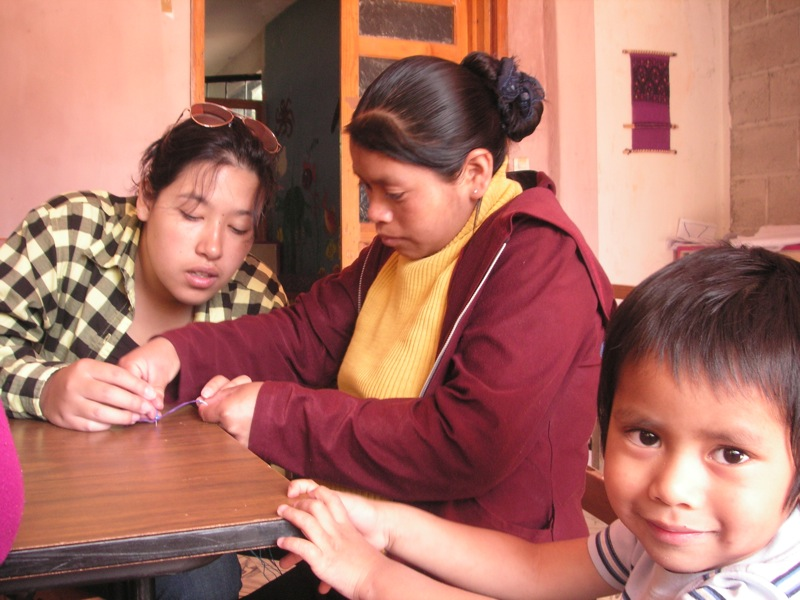 Rosa in einem therapeutischen Workshop wo sie Armbänder herstellen