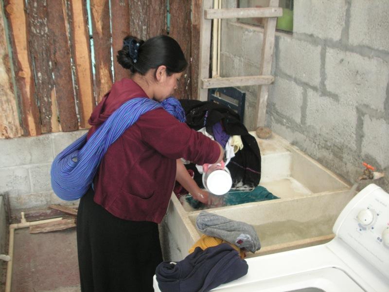 Rosa beim Wäsche waschen im Wochenbett