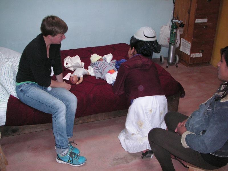 Rosa zeigt in einem Geburtsvorbereitungskurs den anderen Schwangeren, wie sie ihr Kind bekommen hat