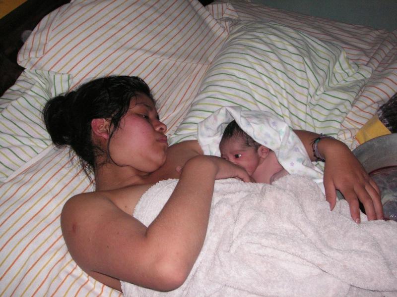 Geschafft! Die stolze Mama ruht sich nach der Wassergeburt im Bett aus